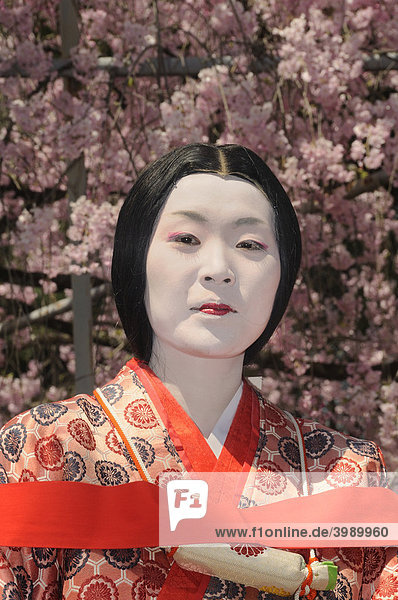 Japanerin in der Tracht der Heian Periode beim Matsuri im Hirano Schrein in Kyoto  Japan  Ostasien  Asien