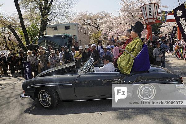 Priester fahren in einem Mercedes bei der Prozession mit  Hirano Schrein  Kyoto  Japan  Ostasien  Asien