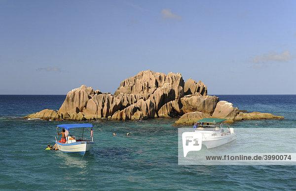 Granitfelsen und Ausflugsboote vor der Insel Praslin  Seychellen  Afrika  Indischer Ozean