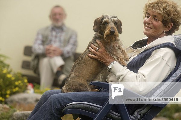 Seniorenpaar mit Hund