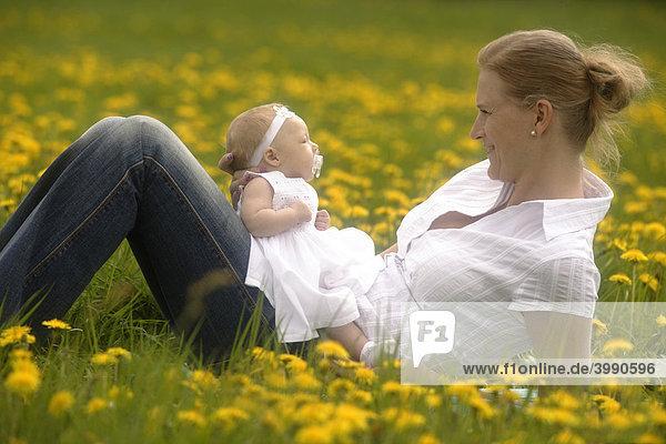 Mutter mit Baby  Mädchen  in der Frühlingwiese