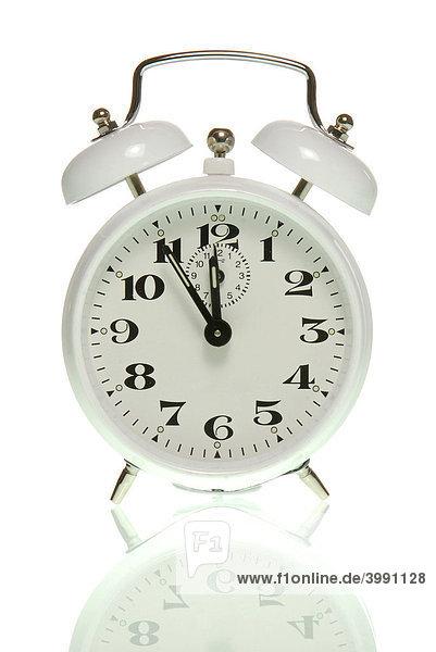 Wecker zeigt fünf vor zwölf  Symbolbild Es wird Zeit
