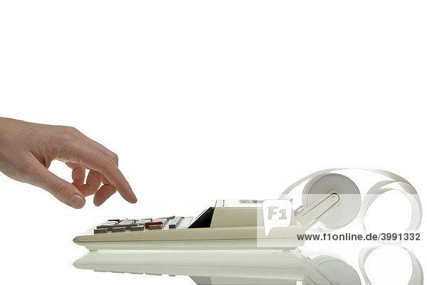 Frauenhand tippt auf alter Rechenmaschine  Symbolbild für Kalkulation  Rechnen