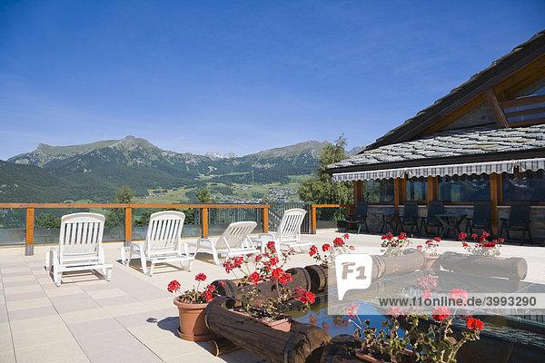 Blick auf die Berge von der Terrasse des Dalai Lama Village aus  Camping Club  Chatillon  Matterhorn-Tal  Aosta-Tal  Valle d'Aosta  Südtirol  Italien  Europa