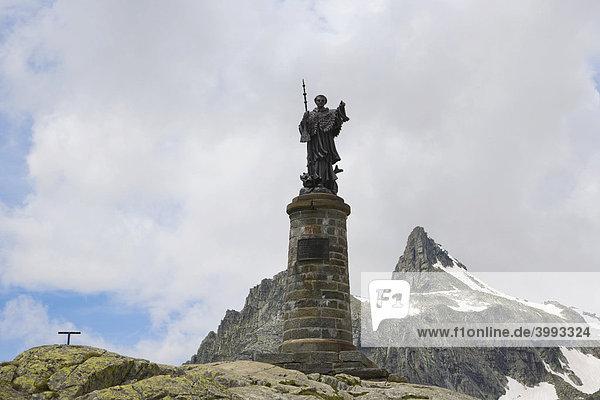 Statue des heiligen St. Bernhard  Grand Saint-Bernard  Grosser St. Bernhard-Pass  Col du Grand-Saint-Bernard  Colle del Gran San Bernardo  Walliser Alpen  Italien  Europa