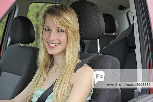 Junge Autofahrerin mit Sicherheitsgurt