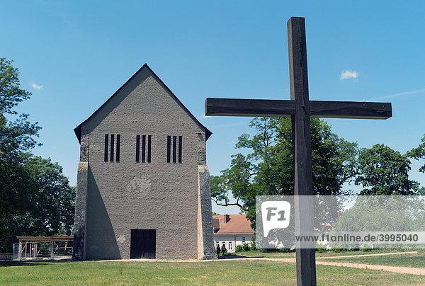Blick vom Friedhof auf die Überreste des ehemaligen Benediktinerklosters  UNESCO Weltkulturerbe  Lorsch  Hessen  Deutschland  Europa