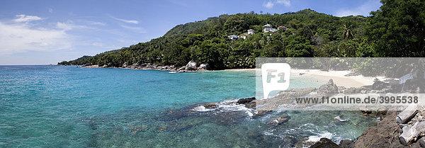 Strand mit den typischen Granitfelsen der Seychellen  Glacis  Insel Mahe  Seychellen  Indischer Ozean  Afrika