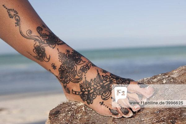 henna tattoo auf einem fu lizenzpflichtiges bild. Black Bedroom Furniture Sets. Home Design Ideas