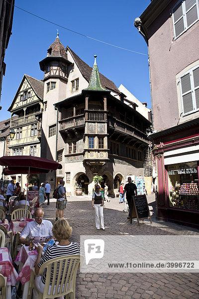 Touristen in einem Restaurant  Rue des Marchande  Altstadt  Colmar  Elsass  Frankreich  Europa