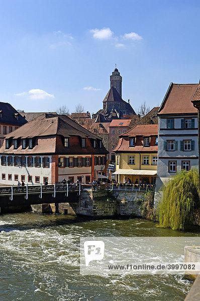 Alte Häuser mit der Regnitz  hinten Kirche Obere Pfarre  Bamberg  Oberfranken  Bayern  Deutschland  Europa