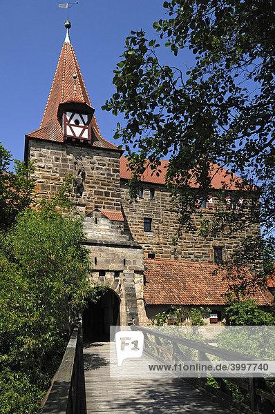 Wenzels Schloss  1353  Eingangstor mit Brücke  Lauf an der Pegnitz  Mittelfranken  Bayern  Deutschland  Europa
