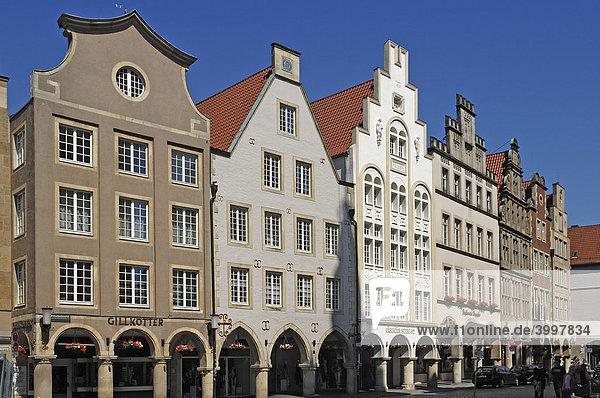 Einkaufsstraße mit alten Giebelhäusern und Arkadengängen  Münster  Nordrhein-Westfalen  Deutschland  Europa