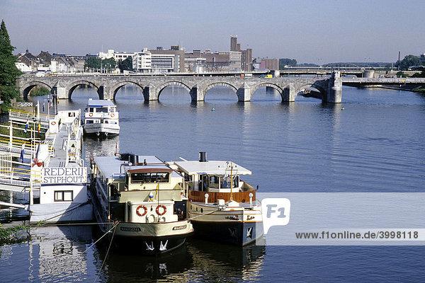 Ausflugsschiffe am Maas Fluss  dahinter die St. Servaas Brücke  Sint Servaasbrug  Maastricht  Provinz Limburg  Niederlande  Benelux  Europa