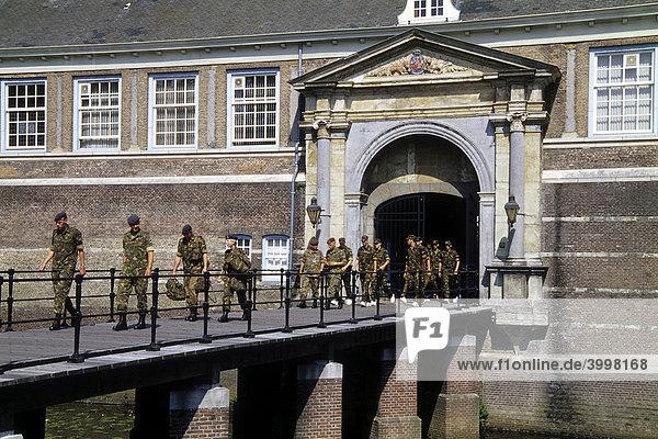 Soldate verlassen das Kastell  Kasteel van Breda  die Königliche Militärische Akademie KMA befindet sich in diesem Schloss  Breda  Provinz Nord-Brabant  Noord-Brabant  Niederlande  Benelux  Europa