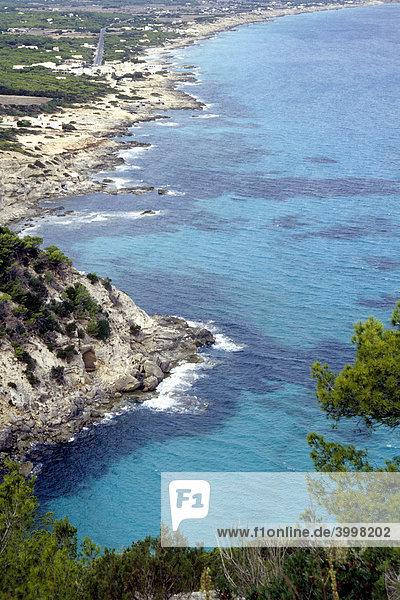 Blick von Hochebene La Mola  Aussichtspunkt auf dem Römerweg  Cami Roma  Sicht auf Es Calo und Playa Tramuntana  Platja de Tramuntana  Illa de Formentera  Balearen Insel  Spanien  Europa