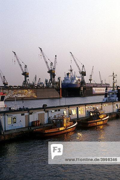 Boote  Hamburger Hafen und Elbe Fluss im Abendlicht  Sicht von den St. Pauli Landungsbrücken  Hansestadt Hamburg  Deutschland  Europa