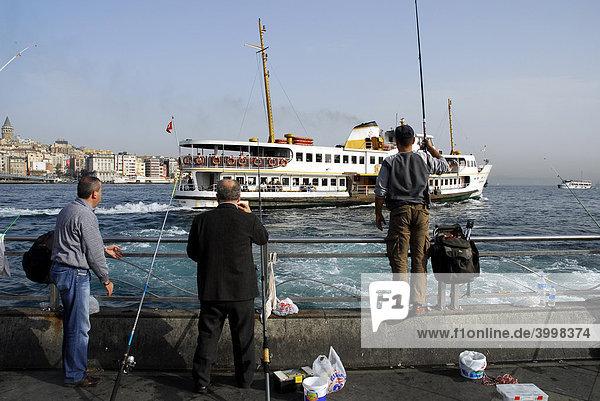 Angler und Hafenfähre am Bosporus  Bogazici  zwischen Eminönü und Sirkeci  Istanbul  Türkei