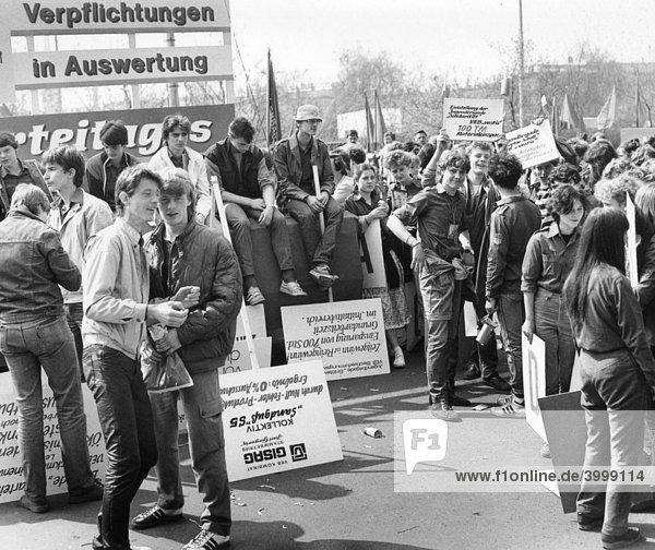 Demonstration zum 1. Mai  Leipzig  DDR  historische Aufnahme  ca. 1985