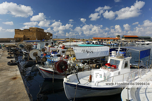 Fischerboote im Hafen vor Festung  Paphos  Pafos  Zypern  Europa