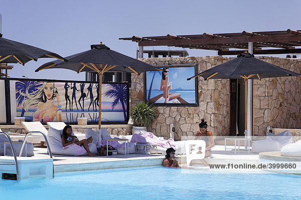 Frauen in Discothek mit Schwimmbad und Bar  Hedkandi Beach Bar  Sonnenschirme Jachthafen  Hurghada  Ägypten  Rotes Meer  Afrika