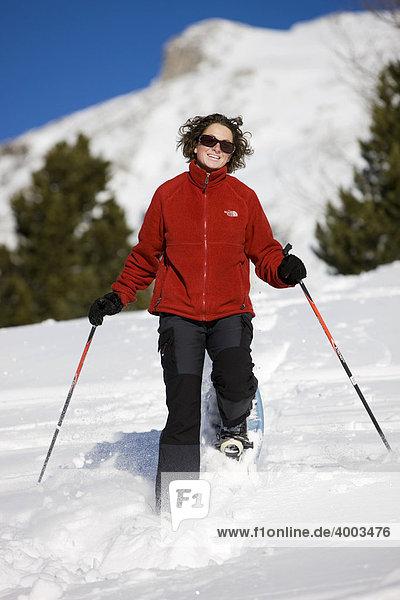 Schneeschuhwanderin  hinten der Dürrenstein  Plätzwiese  Dolomiten  Südtirol  Italien  Europa