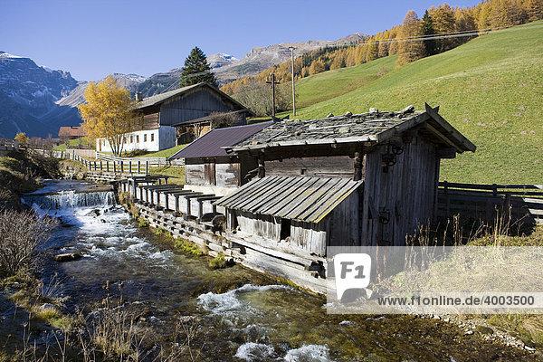 Alter Bauernhof im Herbst  Obernberg  Nordtirol  Österreich  Europa