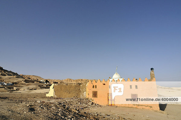 Buntbemalte Dorfmoschee  auf dem Land bei Luxor  Ägypten  Nord-Afrika