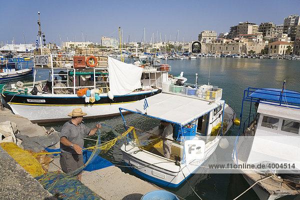 Fischer und Fischerboote im venezianischen Hafen von Heraklion  Insel Kreta  Griechenland