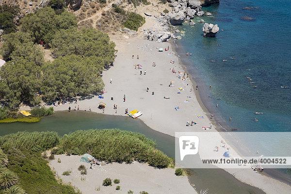 Der Fluss Kourtaliotis  unten im Bild  mündet ins Mittelmeer am Strand von Preveli  Insel Kreta  Griechenland