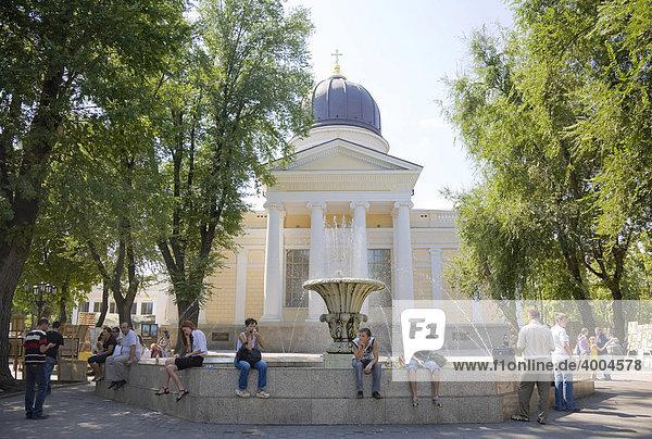Passanten auf dem Kathedralplatz vor der Spaso-Preobrazhenskiy Kathedrale in Odessa  am Schwarzen Meer  Ukraine