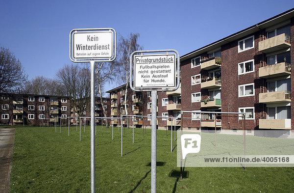 Verbotsschilder in einer Wohnsiedlung der 1950er Jahre  Gelsenkirchen  Ruhrgebiet  Nordrhein-Westfalen  Deutschland  Europa