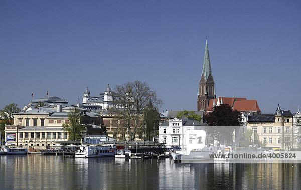 Altstadt mit Staatlichem Museum und Dom  Schwerin  Mecklenburg-Vorpommern  Deutschland  Europa