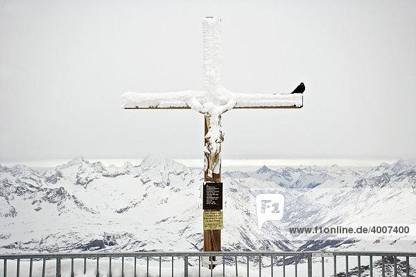 Gipfelkreuz auf dem kleinen Matterhorn  Wallis  Schweiz  Europa