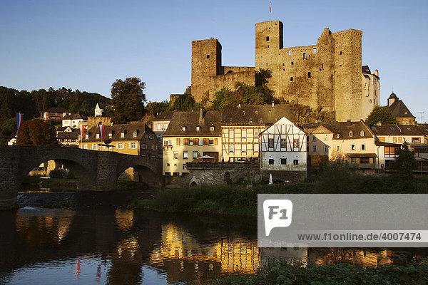 Mittelalterliche Burg von Runkel an der Lahn spiegelt sich im Fluss bei Sonnenaufgang  Runkel  Hessen  Deutschland  Europa