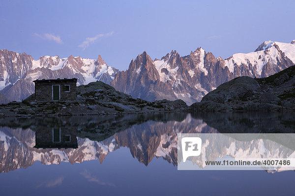 Die Aiguilles de Chamonix spiegeln sich im Lac Blanc    ganz rechts Mont Blanc  Haute-Savoie  Frankreich  Europa