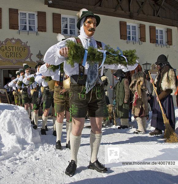 Schellenrührer vor dem Gasthof Gries  Fasching  Unsinniger Donnerstag  Mittenwald  Werdenfels  Oberbayern  Bayern  Deutschland  Europa