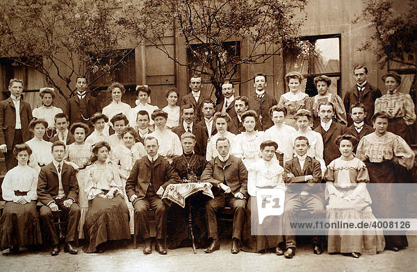 Historical photo of a familiy  1906  Germany