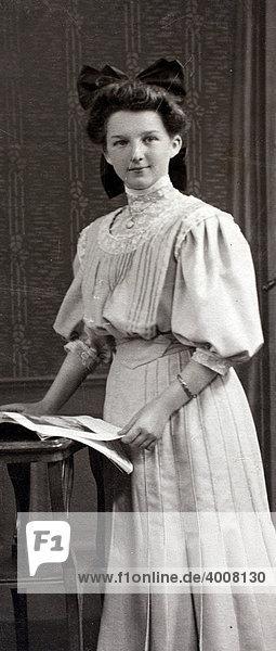 Historisches Foto  vornehmes Mädchen  Taunus  Deutschland  1900