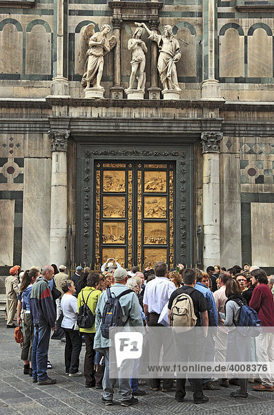 Touristengruppe vor der Paradiespforte am Ostportal des Baptisterium in Firenze  Florenz  Toskana  Italien  Europa