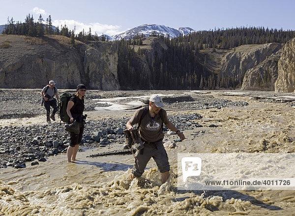 Wanderer überqueren den Sheep Creek Fluss  Slims River Valley  Kluane Nationalpark  St. Elias Range  Eliaskette  Yukon  Kanada