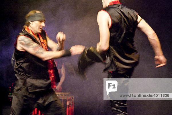 Kungfu Kämpfer Andreas Witusch  links  und Josh Bernhoeft  rechts  auf der Bühne  Chinesisches Neujahrsfest der Kungfu-Academy im Theatersaal der Werkstatt der Kulturen  Berlin  Deutschland