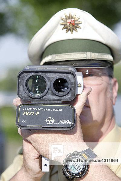 Ein Polizeibeamter bei der Geschwindigkeitskontrolle mit Hilfe einer Laserpistole  Koblenz  Rheinland-Pfalz  Deutschland  Europa