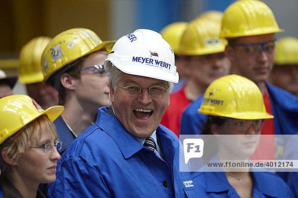 Bundesaußenminister  Vizekanzler und SPD-Kanzlerkandidat Frank-Walter Steinmeier bei einem Besuch der Meyer-Werft zwischen Auszubildenden  Papenburg  Niedersachsen  Deutschland  Europa