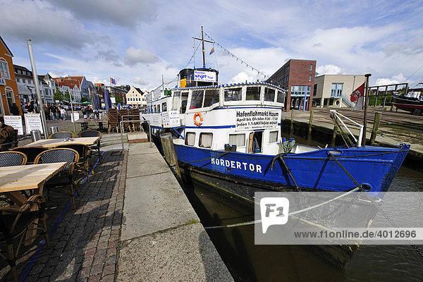 Schiff im Hafen von Husum  Nordseeküste  Schleswig Holstein  Deutschland  Europa