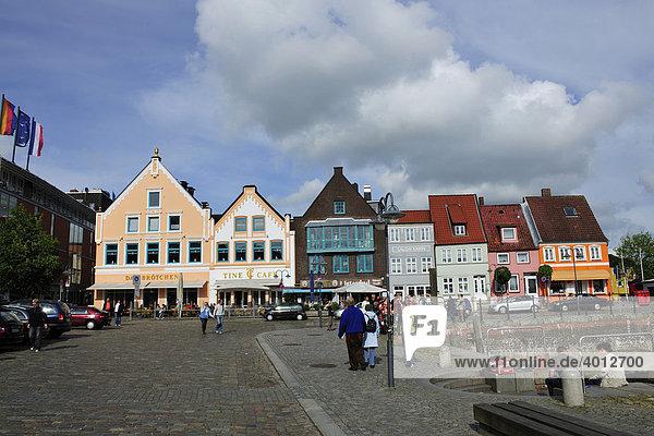 Häuserzeile im Hafen von Husum  Nordseeküste  Schleswig Holstein  Deutschland  Europa