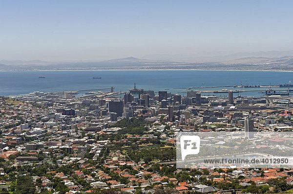 Blick auf die City von Kapstadt vom Tafelberg  Südafrika  Afrika