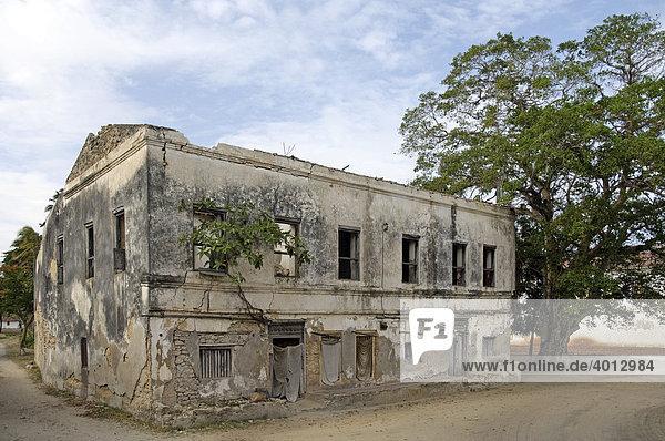 Zerfallenes Wohngebäude aus der deutschen Kolonialzeit in Bagamoyo  Tansania  Afrika