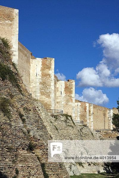 Burg Lucera aus dem 13ten Jahrhundert  erbaut von Friedrich II  Erweiterungen von Karl I  Lucera  Apulien  Italien  Europa
