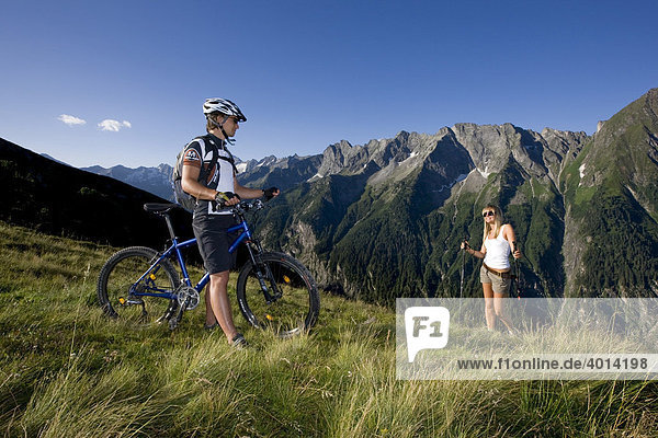 Mountainbiker trifft Wanderin,  Zillertaler Alpen,  Nordtirol,  Österreich,  Europa